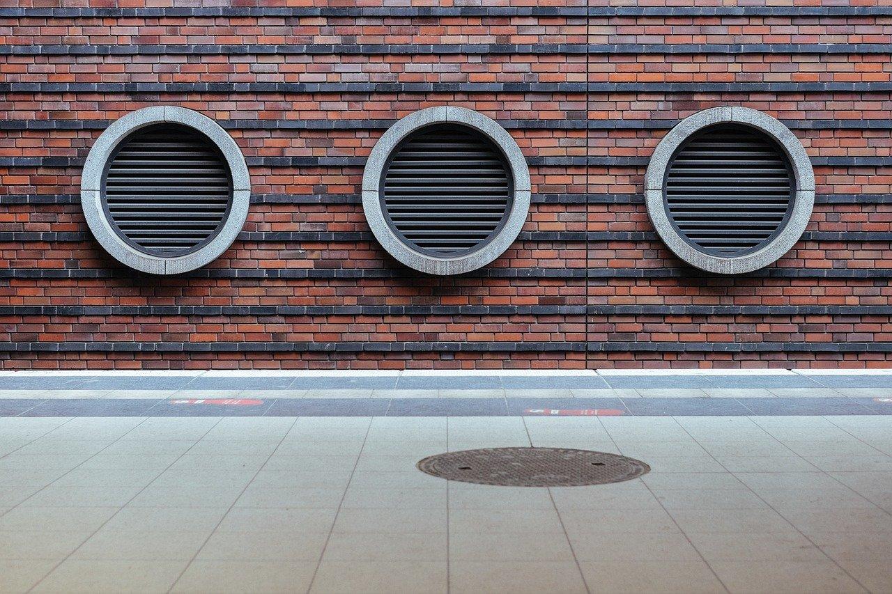 grille d'aération dans un mur