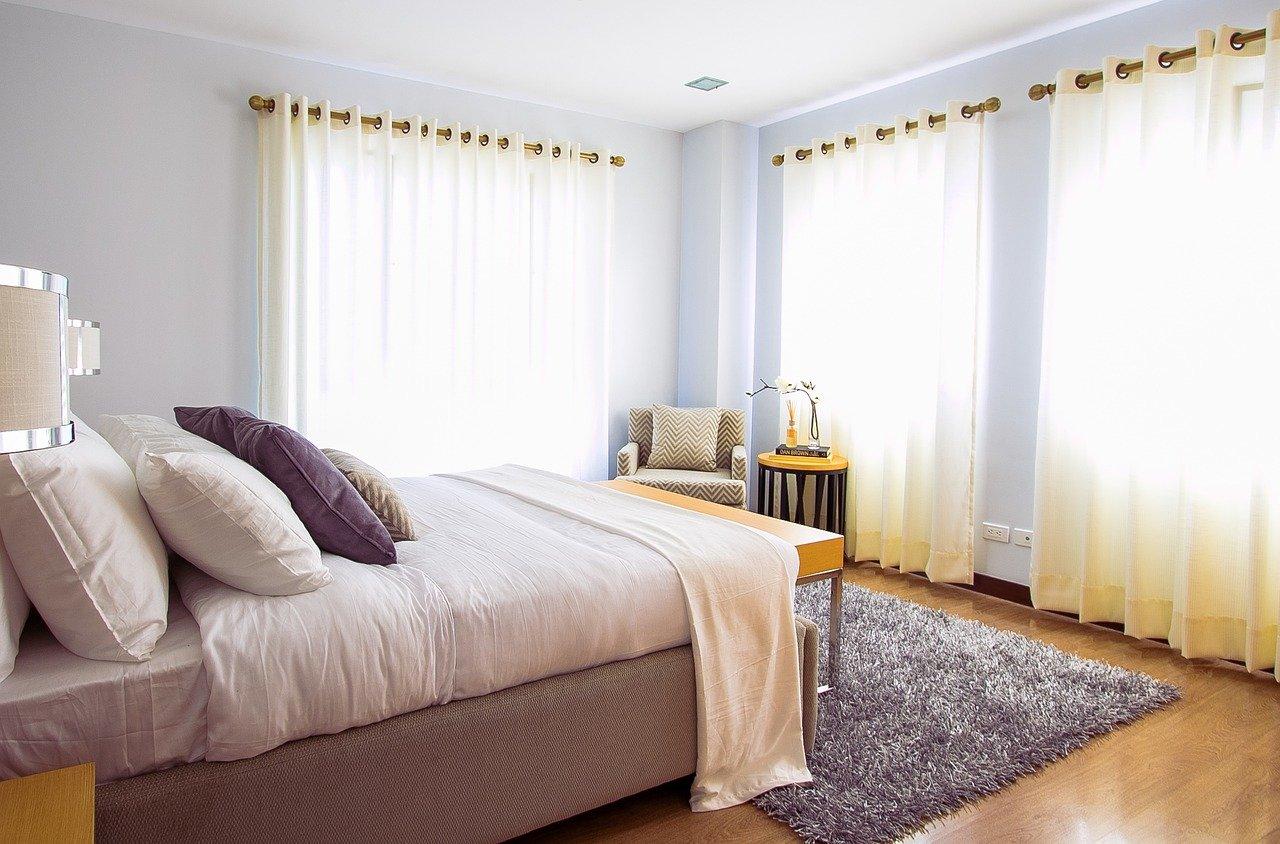 fixer des rideaux sous combles