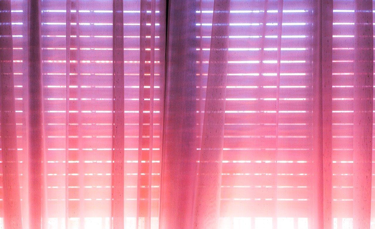 fixer une tringle à rideaux au plafond